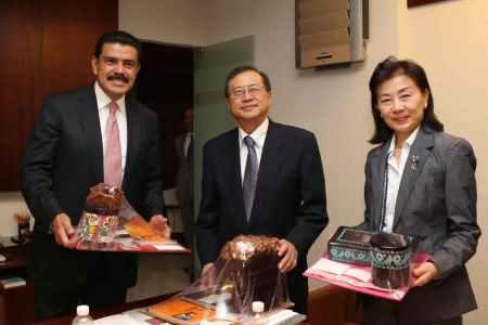 embajador de japon con el gobernador