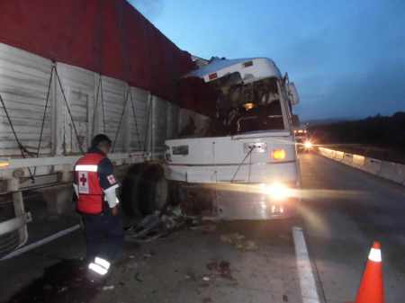 choque de autobus contra trailer