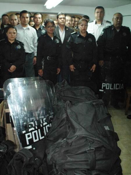 entrega de equipo policiaco en en e zapata