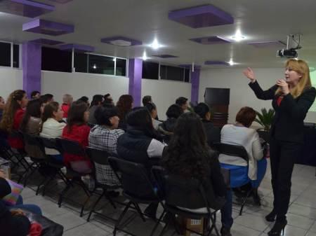 Mirna Hernández ofrece conferencia en la Universidad Siglo XXI