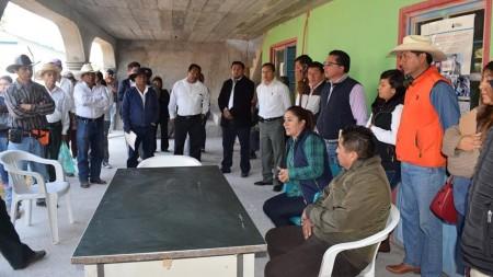 América Juárez se reúne con habitantes de El Puerto Lázaro Cárdenas 2.jpg