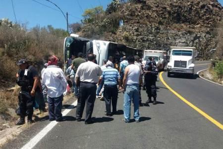 Cinco pasajeros lesionados deja una volcadura de autobús en la México-Tampico