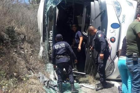 Cinco pasajeros lesionados deja una volcadura de autobús en la México-Tampico2