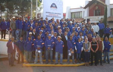 Raúl Camacho Baños entrega uniformes a personal de Servicios Municipales1