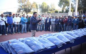 Raúl Camacho Baños entrega uniformes a personal de Servicios Municipales2