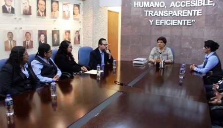 Entrega Blanca Sánchez material de apoyo a los Consejos de Familia