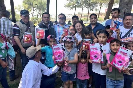 Ernesto Vázquez entrega de obsequios a niños de los municipios del Distrito VIII, cabecera Actopan