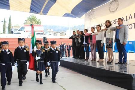 Paola Ludlow participa en lunes cívico en la Primaria Josefa Ortiz de Domínguez