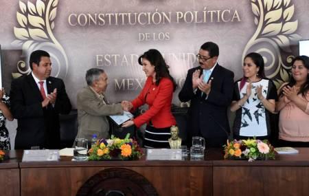 """Presentan el libro """"La Constitución para todos; 100 años"""""""