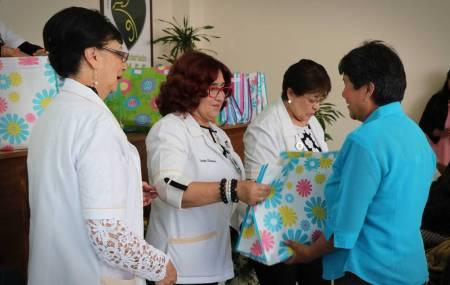 Voluntariado de IMSS  Hidalgo  entregó 26 pares de prótesis de mama1.jpg
