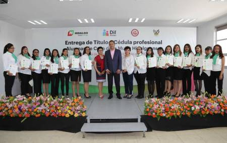 Autoridades de DIF Hidalgo entregan títulos a alumnas de la Casa de la Mujer Hidalguense
