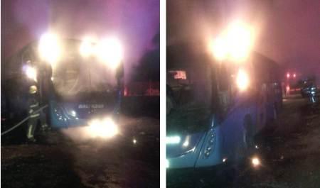 Efectivos policíacos de Tizayuca atienden incendio de un autobús
