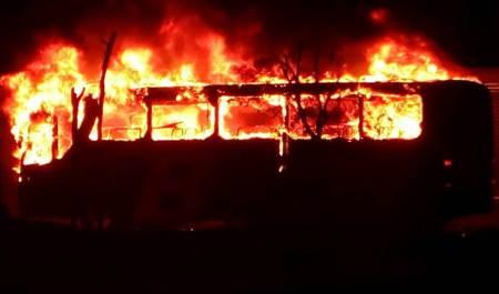 Efectivos policíacos de Tizayuca atienden incendio de un autobús2