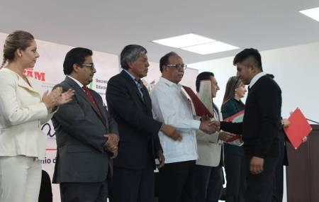 Entrega de títulos a egresados de TSU UTVAM y reconocimientos a estudiantes destacados1.jpg