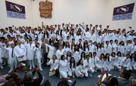 Realizan en ICSa ceremonia de investidura de bata blanca1