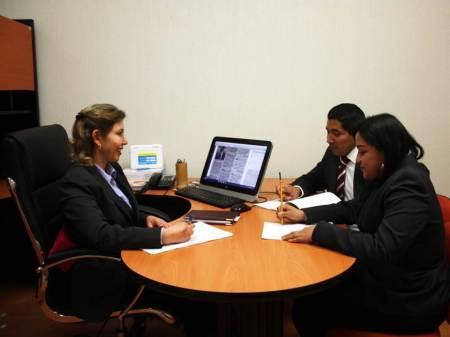 Actuar de jueces, supervisado, regulado y estandarizado