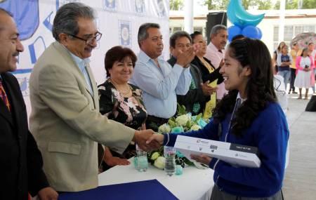 Entrega subsecretario de Planeación de SEPH equipo de cómputo a estudiantes del municipio de Ajacuba1