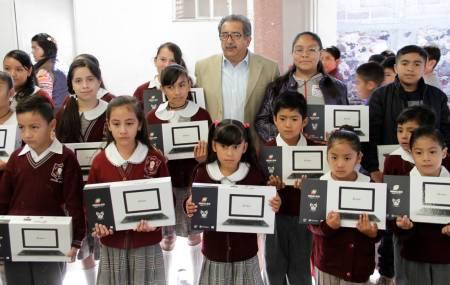 Entrega subsecretario de Planeación de SEPH equipo de cómputo a estudiantes del municipio de Ajacuba2