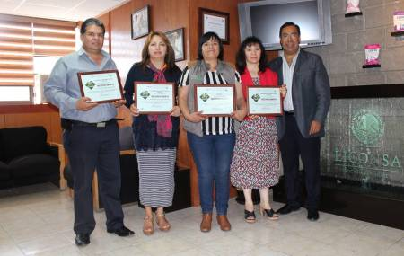 Manuel Sanchez entrega reconocimientos a personal que labora en Liconsa.jpg