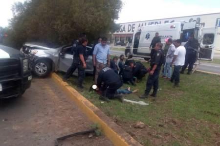 Mueren dos personas al impactarse el automóvil en que viajaban contra un árbol