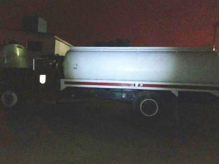 Policía estatal asegura vehículos con hidrocarburo; dos detenidos