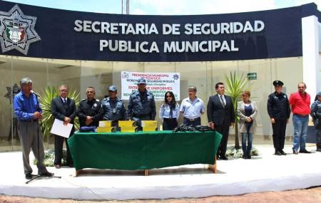 Alcalde de Tizayuca entrega uniformes a elementos de la Secretaría de Seguridad Pública1.jpg