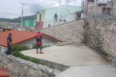 Atienden en Pachuca una contingencia causada por la lluvia en un muro que colinda con el Jardín de Niño Carlota González