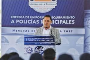 Entrega Raúl Camacho Baños, uniformes y equipamiento a policías municipales