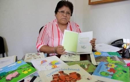 Maestros realizan libros artesanales en lenguas Hñahñu, Náhuatl y Tepehua