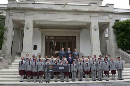 Recibe el Presidente de la República en Los Pinos a niños hidalguenses2