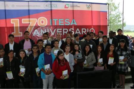 Canek Vázquez entrega tabletas a estudiantes del ITESA