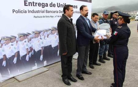 Dotan de uniformes a la Policía Industrial Bancaria de Hidalgo.jpg