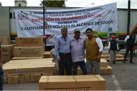 Entrega alcalde de Tizayuca calentadores solares a mitad de precio