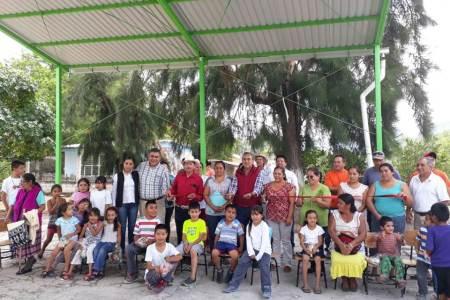 Niños de Jacala inician bien el mes, juegan bajo la sombra