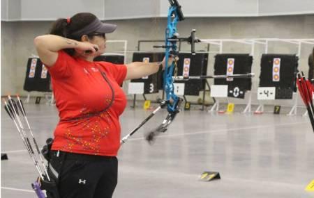 Brenda Merino se cuelga plata en torneo de tiro con arco bajo techo