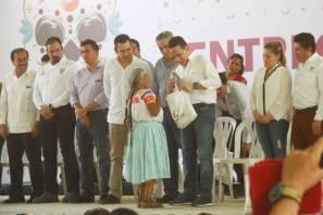 el gobernador Omar Fayad encabezó la entrega de cacao y azúcar en el municipio de Huejutla