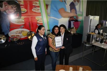 Victoria Ruffo entrega becas y equipamiento para CAIC4