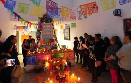 Honran universitarios a fallecidos en sismos con altar de muertos3