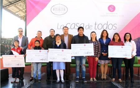Alcaldía de Pachuca entrega estímulos económicos a alumnos de todos los niveles educativos.jpg