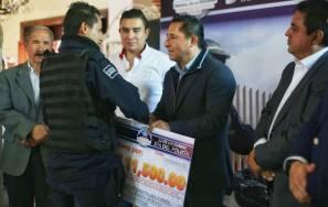 Entrega Raúl Camacho estímulos económicos a elementos durante festejo del Día del Policía2