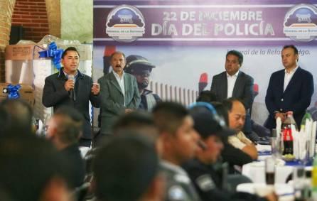 Entrega Raúl Camacho estímulos económicos a elementos durante festejo del Día del Policía4