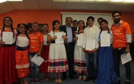Atilano Rodríguez reconoce a estudiantes que participaron 1.jpg