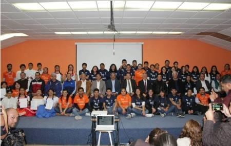 Atilano Rodríguez reconoce a estudiantes que participaron 2.jpg