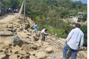 Construye gobierno del estado muros de contención en carreteras de la huasteca
