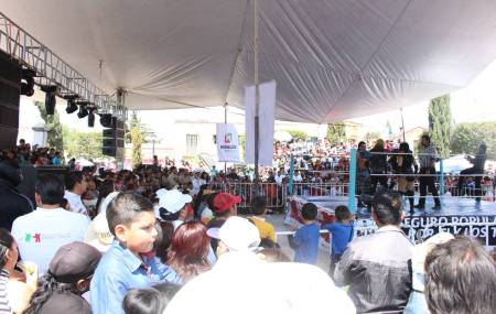 Disfrutan de función de lucha libre miles de habitantes de Cuautepec.jpg