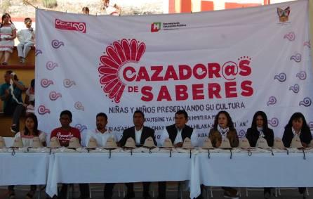 Estudiantes de primarias indígenas de San Salvador y Huejutla recibieron credenciales 3