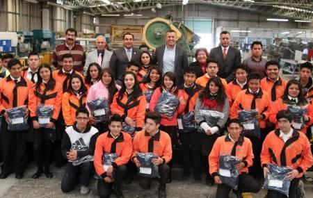 Estudiantes del CECyTE Hidalgo incorporados al Modelo Mexicano de Formación Dual recibieron uniformes1.jpg
