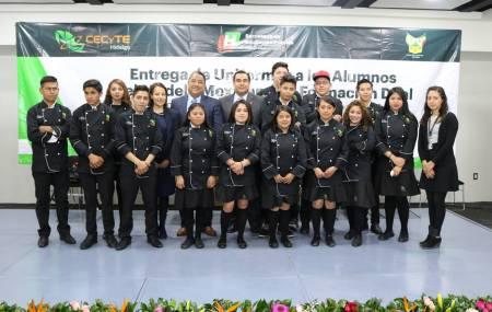 Estudiantes del CECyTE Hidalgo incorporados al Modelo Mexicano de Formación Dual recibieron uniformes2.jpg