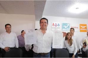 Acude Sinuhé Ramírez Oviedo a entregar solicitud de registro ante el INE