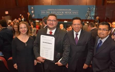 Juristas condecoran a Magistrado hidalguense del TEEH1
